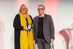 Tanja Friederichs accepts the German Excellence Award 2019 for PULS. (Photo source: Deutscher Exzellenz-Preis press office)